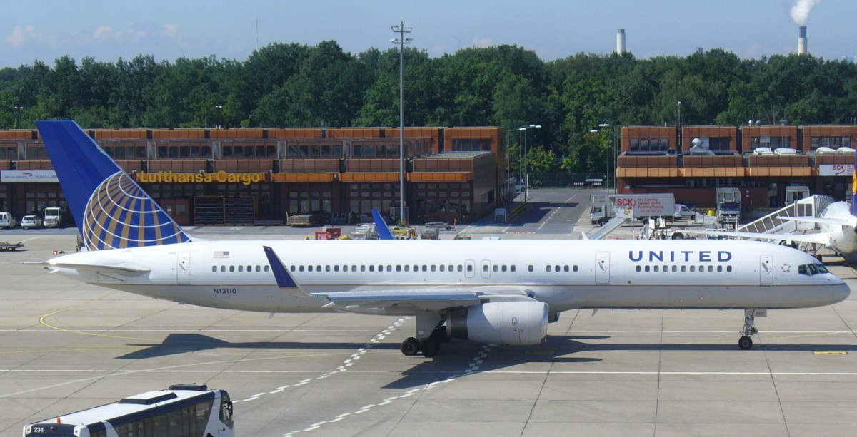 Continental_Airlines_(United_Airlines)_Boeing_757-200ER_at_Berlin_Tegel_Airport